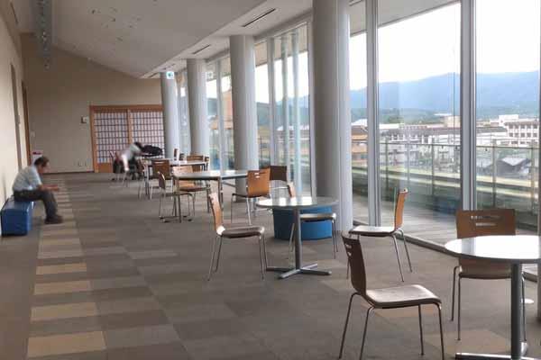 ハイトピア伊賀5階のテーブルと椅子