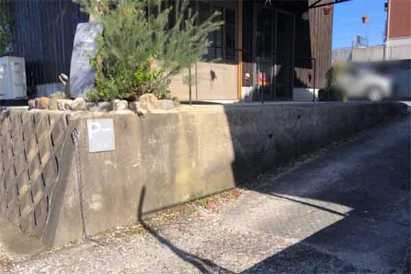 マームベランダの駐車場入り口