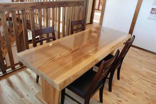 サイエンスホームの一枚板のテーブル